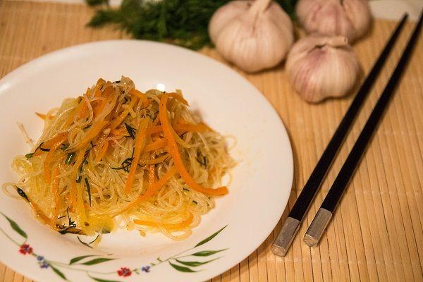 """Фунчоза - это тонкая рисовая лапша, которая имеет большую популярность в японской, китайской кухнях. Ее также еще называют """"стеклянной"""" лапшой из-за своей прозрачности. Главной особенностью этого продукта является отсутствие характерного вкуса, поэтому фунчоза отлично впитывает все ароматы! Очень вкусный и полезный продукт, который будет по душе любому гурману!"""
