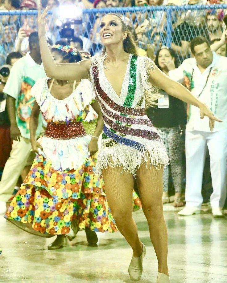 regram @carasbrasil A cantora @IveteSangalo surgiu em um lugar inusitado no desfile da Grande Rio na noite deste domingo 26. Ela surpreendeu ao surgir como integrante da comissão de frente sendo que geralmente os homenageados desfilam em um carro alegórico. A artista usou um figurino retratou desde a sua infância até ser um destaque nos trios elétricos. Além disso ela mesma cantou o início de seu samba-enredo.