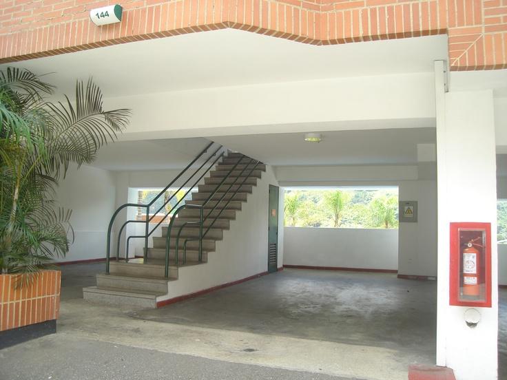 amplio estacionamiento techado, zona de cabañas familiares, cuenta con un puesto de estacionamiento por habitación.