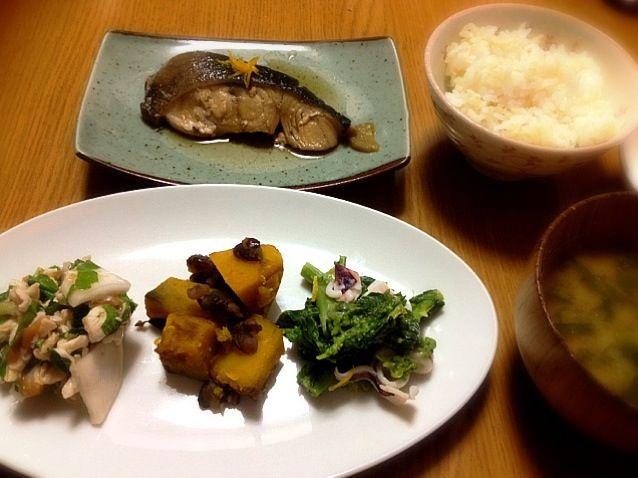 冬至という事で南瓜の煮物を作りました。 - 9件のもぐもぐ - 銀たらの醤油煮、カブとササミの梅和え、南瓜煮、菜の花とヤリイカの酢味噌和え、カブの葉のみそ汁、ご飯 by marikomushi