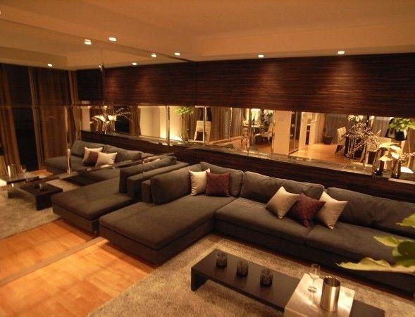 L122 インテリアコーディネート リビングルーム|ソファの横と後ろがミラー! 広いお部屋が もっと広く見えちゃいます。 落ち着いた色のソファで 大人っぽく。