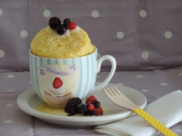 Mug cake de vainilla y frutos del bosque