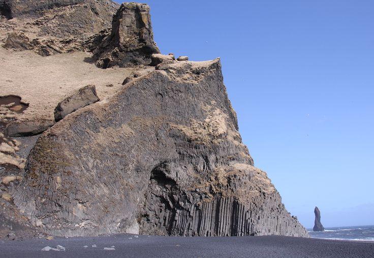 Magnifique plage située à proximité de Vik (le plus charmant des villages!), Reynisdrangar est reconnue pour son sable noir, ses colonnes de lave dans la mer et sa roche en forme d'orgue, taillée naturellement dans le roc. On dit qu'on pourrait également y voir des macareux (puffins), mais après 2 voyages en saison sans les voir, je commence à penser qu'il s'agit d'une légende urbaine… ;-)