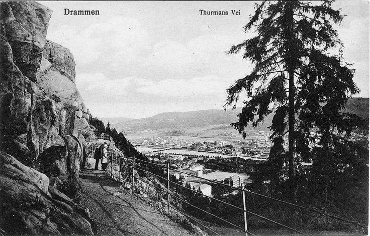 Fra Thurmans vei. Da beitingen opphørte i Bragernesåsen omkring 1860 fikk drammensere ideen om å plante trær og bygge gangveier i åsen. Komiteen for Bragernæsaasens Forskjønnelse bygget etter hvert et stort nett av spaserveier, og åsen ble populær blant drammenserne.