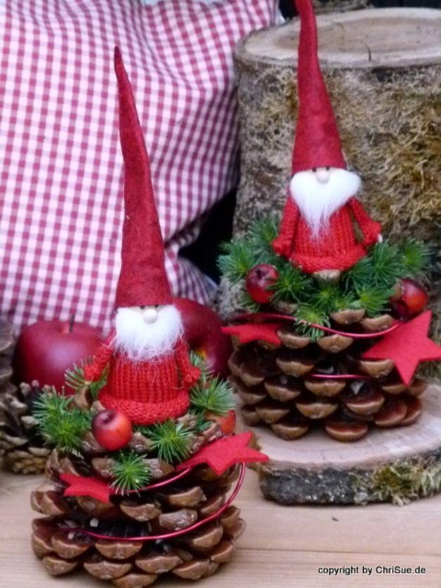 Tannenzapfen Wichtelfreund Die sehen so niedlich aus auf dem Tisch♥. Echte Pinienzapfen wurden von Hand dekoriert mit einem Filzwichtel, Filzsternen, Draht und immergrüner Tanne. Preis pro Stück.