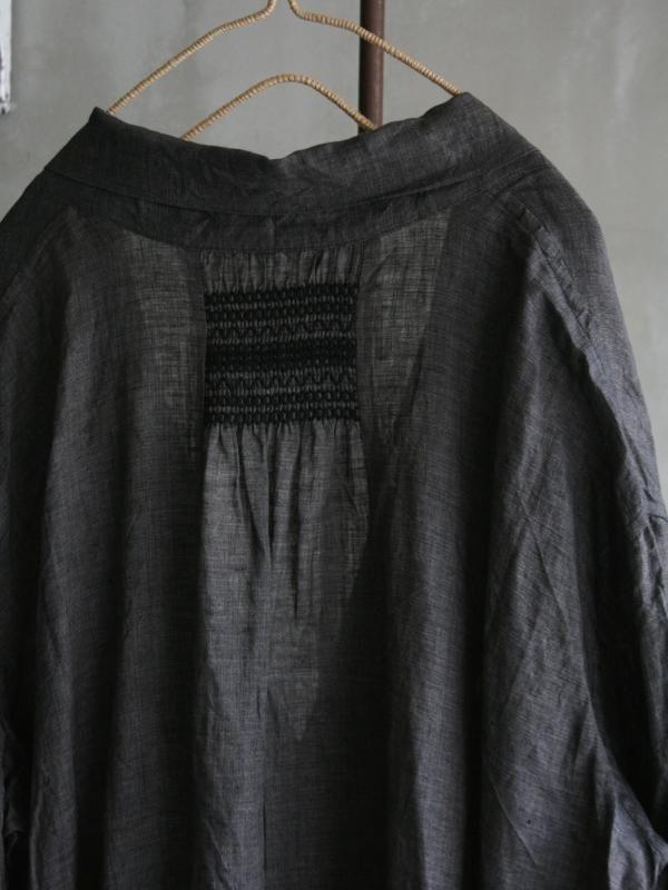 ルポワン染め リネン<br/>スモック刺繍 ケープコート スモック刺繍を入れることでギャザーが酔ってシルエットが変わる。 スモック刺繍のステッチや全体のシルエットが素敵♪