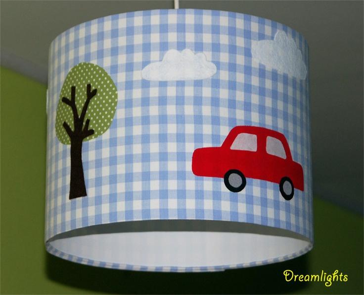 Hier könnt ihr einen tollen Jungen-Lampenschirm kaufen.    Der Lampenschirm ist mit einem blau/weissen Karo-Baumwollstoff bezogen. Auf diesem befinden