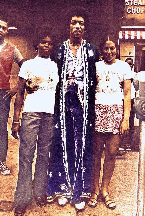 Jimi Hendrix in Harlem, September 1969. Veja também…