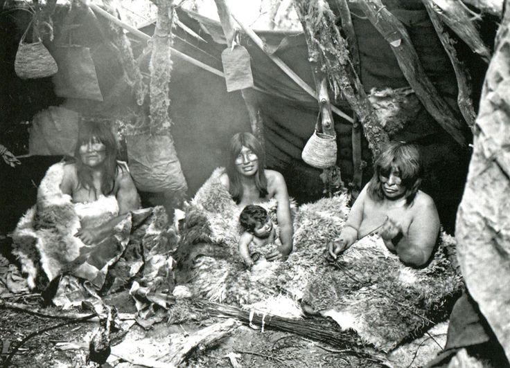 Cultura Selk'nam - Familia selk´nam al interior de su choza. Región entre Río Grande y el Lago Yehuin, Isla Grande, Tierra del Fuego. Fotografía de Alberto María De Agostini. 1915.