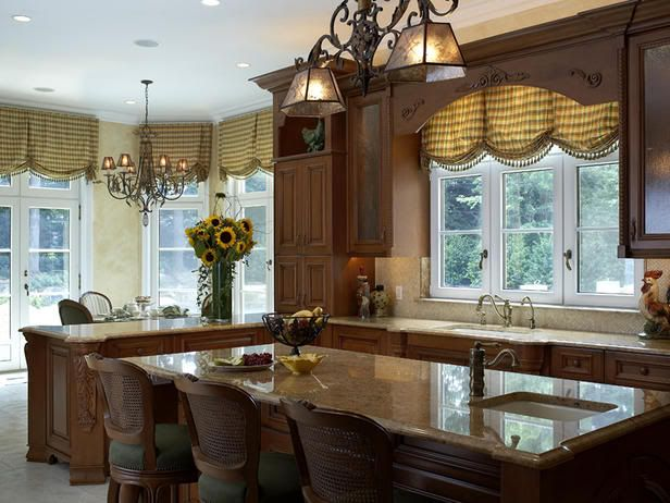 The designer of this #kitchen did a wonderful job os featuring beautiful warm colors in the counter and #window #treatments