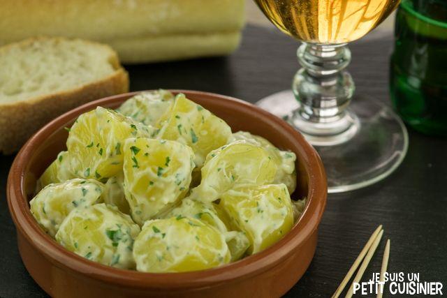 Comment faire les pommes de terre à l'aïoli. L'un des tapas plus classiques. Il s'agit d'une salade de pommes de terre cuites et d'aïoli. Recette facile.