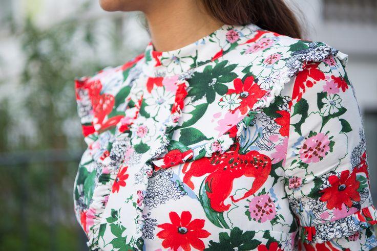 Passend zum aktuellen Rüschen-Trend ist diese florale Print-Bluse ein absolutes Must-Have für den Sommer! Perfekt zu Rock oder Hose kombinierbar.