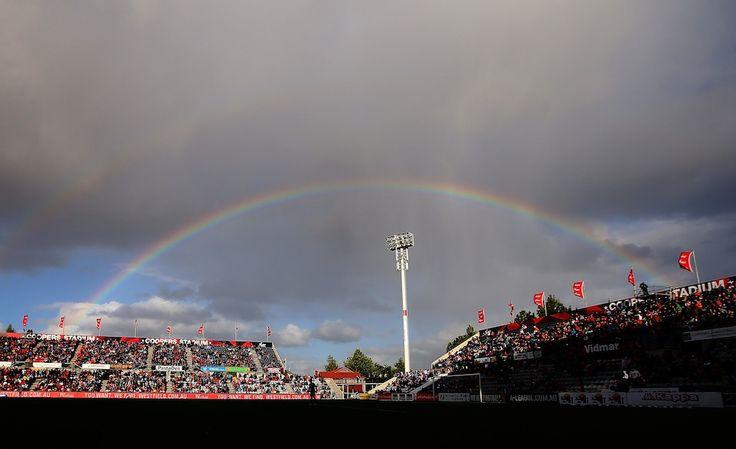 IlPost - Adelaide, Australia - Un arcobaleno sul Coopers Stadium di Adelaide durante la partita di rugby tra Perth Glory e Adelaide United  (Michael Dodge/Getty Images)