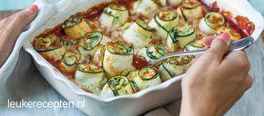 Deze ovenschotel met opgerolde courgette met spinazie in tomatensaus ziet er niet alleen leuk uit maar is ook heerlijk.