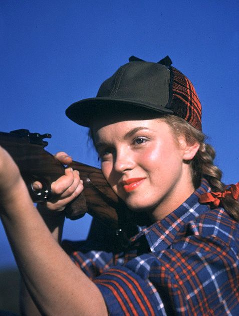 Marilyn Monroe in 1946. Love the plaid hunting shirt and matching cap, very stylish for the outdoors.