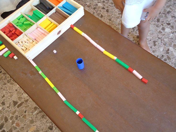 Con un dado y un cubilete jugamos a hacer trenes. Gana el tren que llegue antes al otro extremo de la mesa. Ha sido una manera muy divertida de conocer los valores de las primeras seis regletas (es...