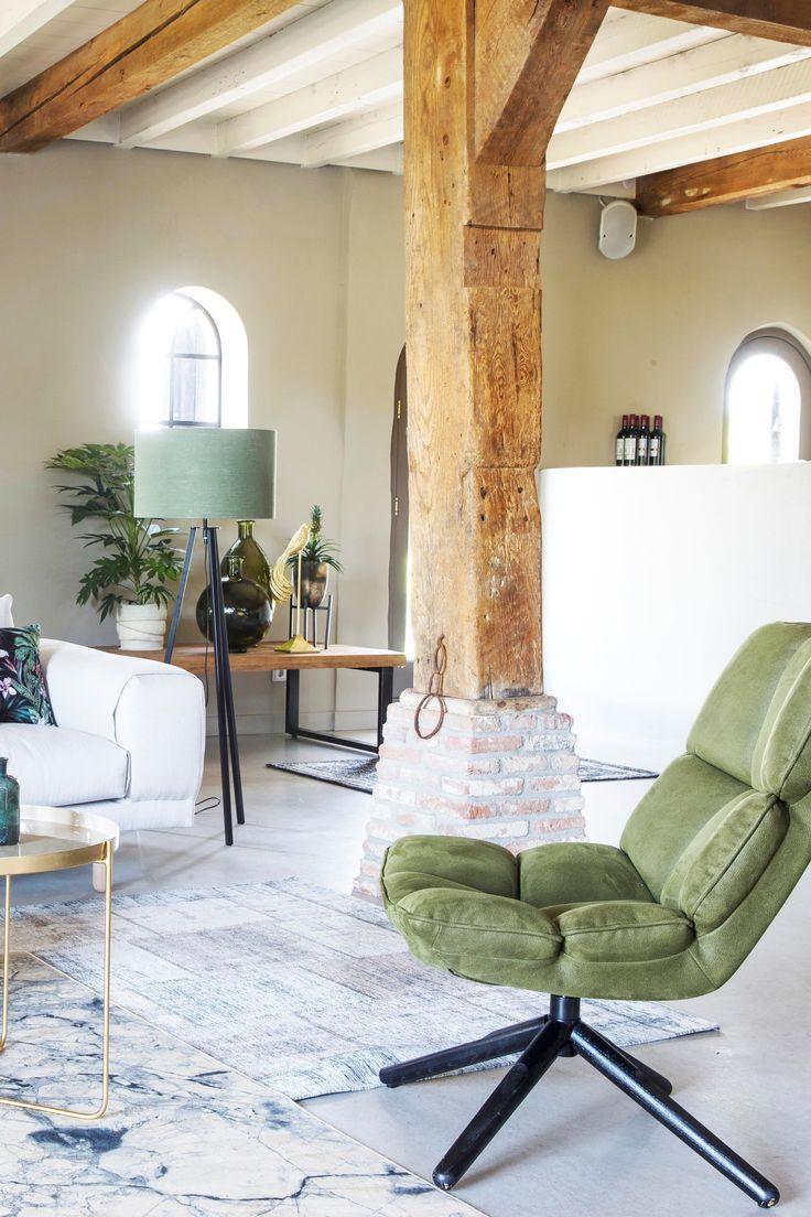 Trendhopper ● Boerderij, loft woonkamer met betonvloer en groene fauteuil Dacota met op de achtergrond salontafel Ohio en vloerlamp Lino met groene linnen kap.