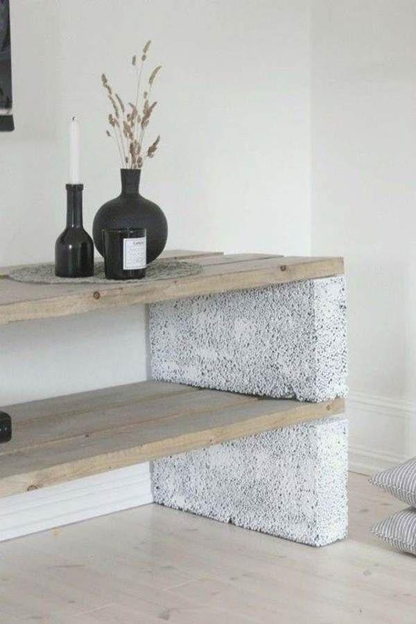 Bloques de cemento y tablas de madera como mesa auxiliar