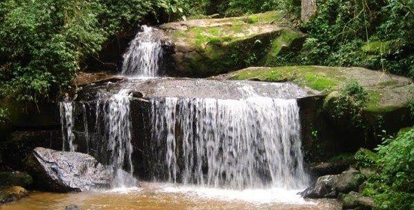 Mairiporã tem muitas trilhas para caminhada e em uma delas está a Cachoeira da Caceia.