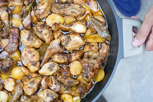 Receta de conejo al ajillo explicada paso a paso. Con todo el sabor tradicional y presentado en la cacerola Darna Home Grey de 36 cm