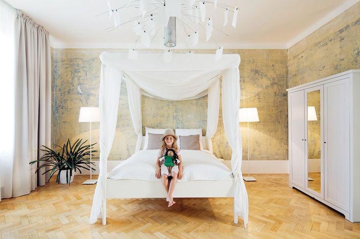 Podlahu dětské ložnice tvoří repasované parkety, nábytek a stojací lampy jsou z Ikea, designový lustr Zettel'z 5 od značky Artemide. Odstran...