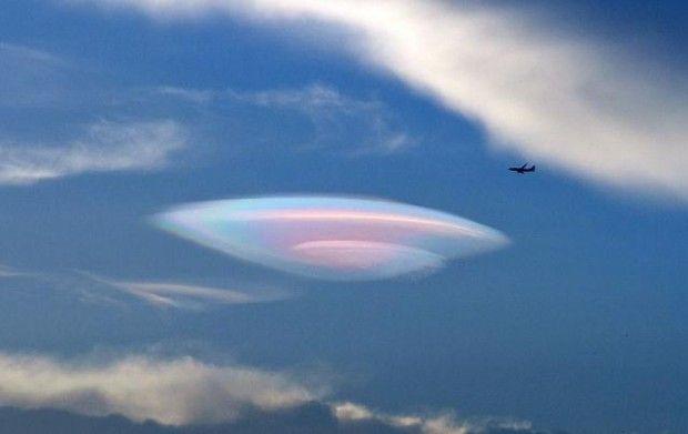 ¿Camuflaje OVNI? Avistamiento desde avión comercial es confirmado por la tripulación http://mysteryplanet.com.ar/site/camuflaje-ovni-avistamiento-desde-avion-comercial-es-confirmado-por-la-tripulacion/