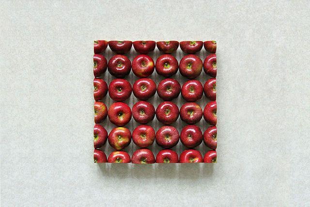 Sakir Gökçebag découpe et assemble des fruits et des légumes pour créer des formes géométriques.