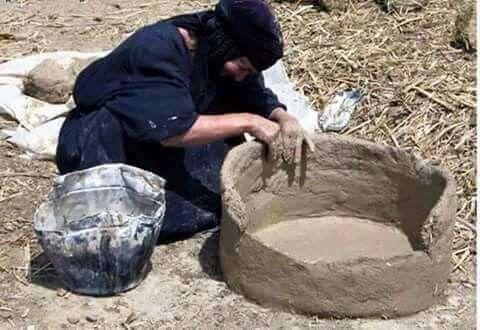 امراه من العراق تصنع التنور من الطين