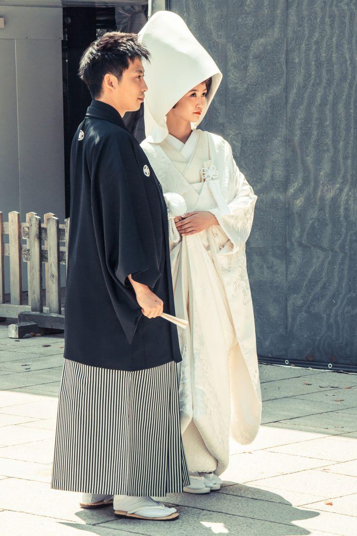 Brautpaar nach alter japanischer Shinto-Tradition: Der Meiji-Schrein in Tokyo ist eine der beliebtesten Sehenswürdigkeiten in Tokyo. Dort kannst Du auch echte japanische Hochzeiten sehen!
