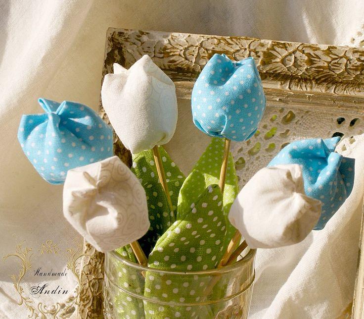 Jarní tulipán - tyrkysová Jako dáreček nebo jen tak, sobě pro radost. Květ tulipánu je ušit z bavlněné látky veselých jarních barev , stonek - špejle je zabalen do velkého listu.  Tulipánek je vhodný jako zápich do květináče, nebo jen tak položit na poličku. Hezky vypadá i několik svazků ve vázičce. Barva tyrkysová Výška +- 18 cm , průměr květu 3,5 - 4 ...