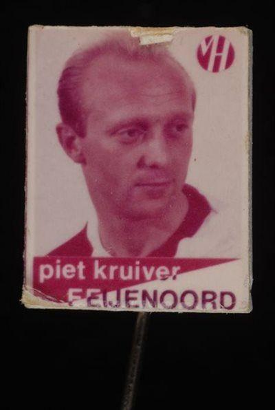 Reclamespeldje, monogram Van Houten´s Cacao, met Feijenoord voetbalspeler: Piet Kruiver