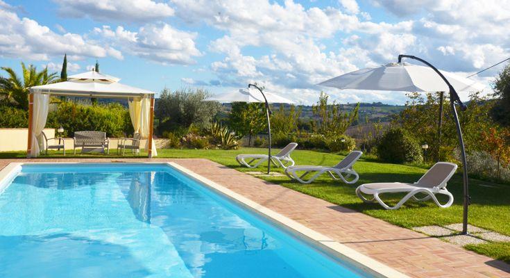 Het zwembad is 4×12 meter en is voorzien van luxe ligbedjes en parasols. Er is een pergola met buiten zithoek om bij het zwembad in de schaduw te kunnen zitten.