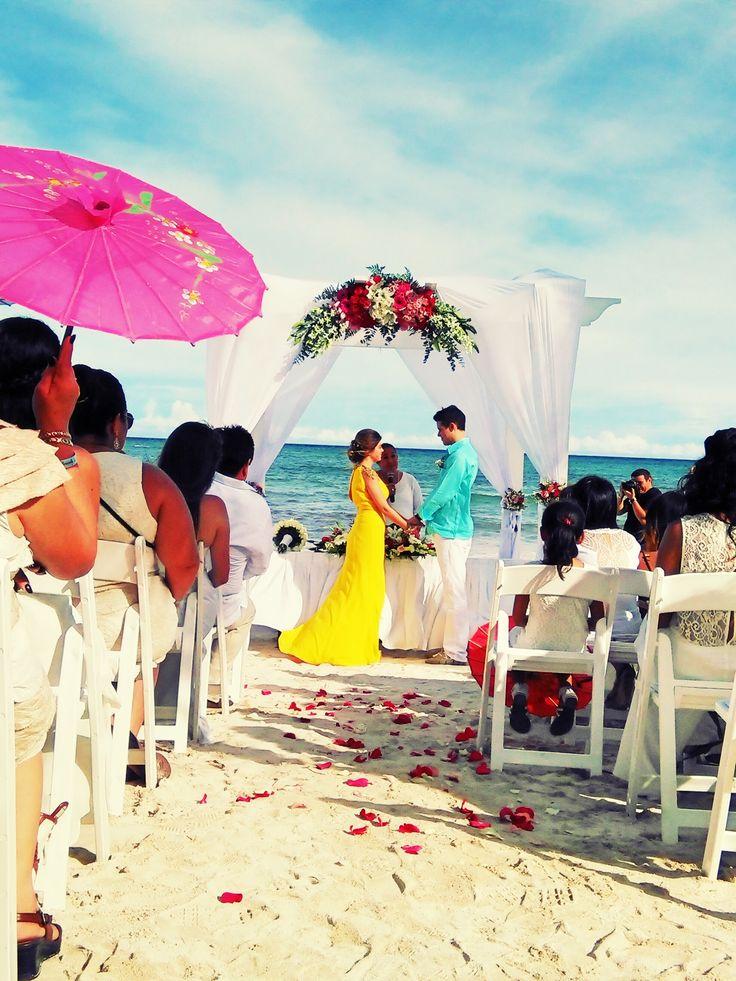 Gazebo con telas blancas y medallón de flores naturales  Brides on the Beach