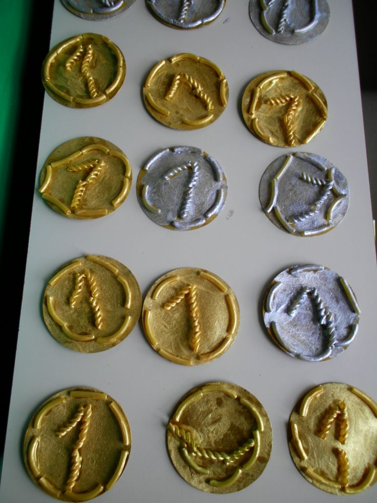 medailles knutselen met pasta's op een rondje gekleefd. Daarna in goud of zilver schilderen. *liestr*