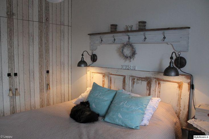 makuuhuone,maalaisromanttinen,maalaus,tapetti,lautatapetti,vanha ovi,naulakko,puusohva,harmaa lauta,Tee itse / DIY,diy seinähylly,diy sängynpääty,vintage,remontti