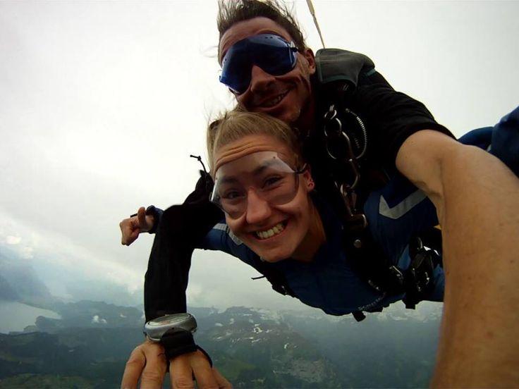 Fallskjermhopp over Interlaken, Sveits. Å fly og falle. Å la ens liv bokstavelig henge på skuldrene til en helt ukjent person. Ubeskrivelig. Pusten. Regnet mot kinnene. Lettelsen når fallskjermen ble utskutt! Kort og konsist, deilig adrenalin. Flyturen opp var verst - ingen aning hva for utfordring man skulle gi seg ut på