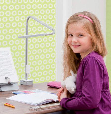 Die LED-Schreibtischleuchte Flexlight vom Hersteller Moll leuchtet das Sichtfeld ohne Schattenwurf und völlig blendfrei aus. Dabei spielt auch die richtige Positionierung eine Rolle. Die Flexlight kann so flexibel eingestellt werden, dass Kinderaugen beim Lesen, Schreiben und Rechnen nicht ermüden. Die Flexlight-Schreibtischlampe hat einen praktischen Klemmfuß, der die Lampe selbst an einer schräggestellten Tischplatte sicher hält.