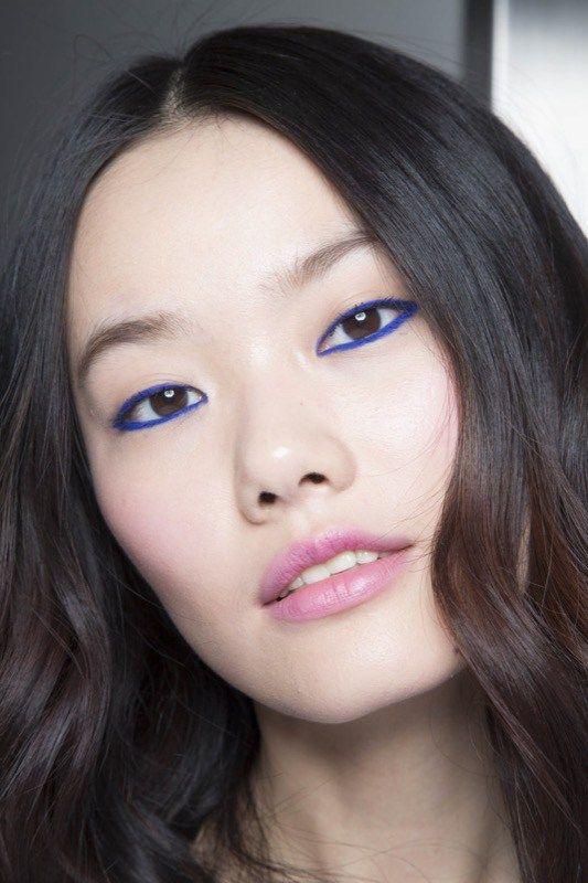 sfilate-anna-k- si tratta di un semplice eyeliner che contorna tutto l'occhio, ma il colore non è il classico nero, bensì un blu elettrico davvero vivace, che è stato abbinato a delle labbra rosa, con un leggero effetto ombré, perché si nota una parte più scura verso il centro.
