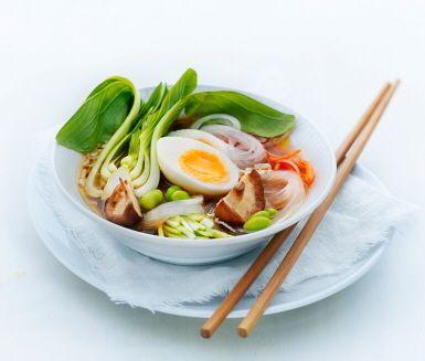 Nudlar, svamp, sojabönor och ägg i citrongräsbuljong | Recept ICA.se