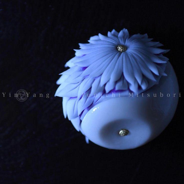 #一日一菓 #菓道 「 #陰陽菊 」 #wagashi of the Day #Yin Yang #煉切 製 #針切り  本日は陰陽菊です。 こちらの作品も北京のイベント用に作らせて頂きました。 連日イベントが続きましたので、 鋏や針切りの作品が続いてしまって申し訳ないです。昨夜ようやく帰国しましたので、 少し日本でしか作れない様な作品作りが出来たら、と思います。  #JunichiMitsubori #和菓子 #一菓流 #ART #アート #dope #beijing #yokosuka