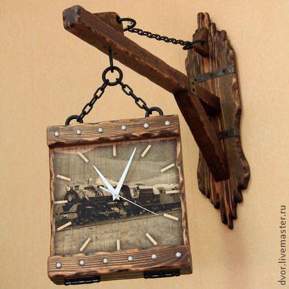 Часы на кронштейне двусторонние `Вокзал в Грейсфилде`. Подобные часы станут прекрасным подарком к любому торжеству, особенно - на новоселье, свадьбу. Ну и, конечно же, работнику РЖД к любой дате! )))    Циферблат с двух сторон, модернизированный вариант часов 'ДворЪ': www.livemaster.