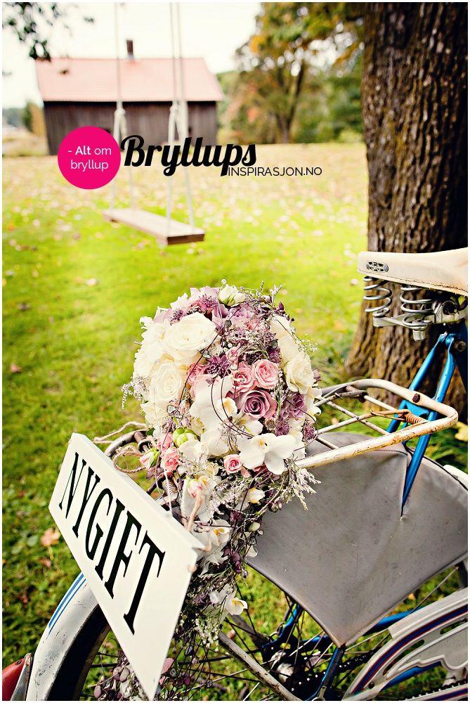 Stor vintageinspirert brudebukett i nyanser av rosa, lilla og hvitt.