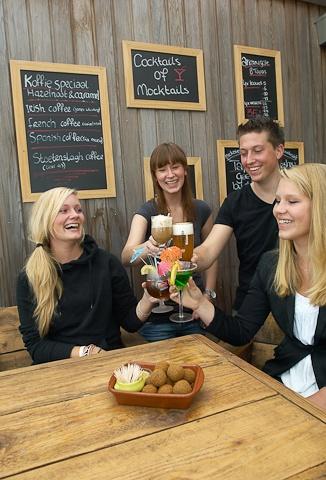 Geniet van uw drankje op ons gezellige terras!