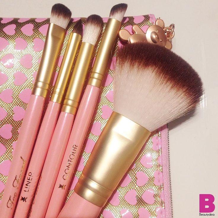 Ecco una anteprima assoluta!  I nuovi deliziosi #pennelli rosa #TooFaced che usciranno per #Natale2015. Saranno in vendita in Italia con la pochette decorata da cuoricini e con il ciondolino a forma di orsetto. Una idea regalo pucciosissima per Natale! Vero?  VOI LI VORRESTE? #beautydea #instabeauty #instamakeup #cute #makeup #blogger #picsoftheday #preview