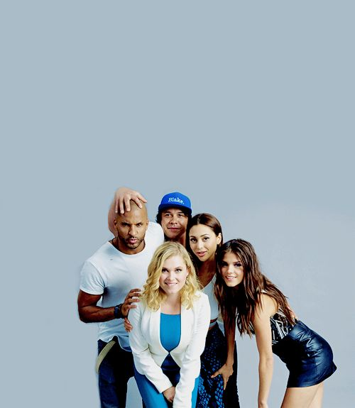 The 100 cast at SDCC 2015 || Ricky Whittle, Bob Morley, Eliza Jane Taylor, Lindsey Morgan and Marie Avgeropoulos || Lincoln, Bellamy Blake, Clarke Griffin, Raven Reyes, Octavia Blake <---Look how cute and goofy they are!