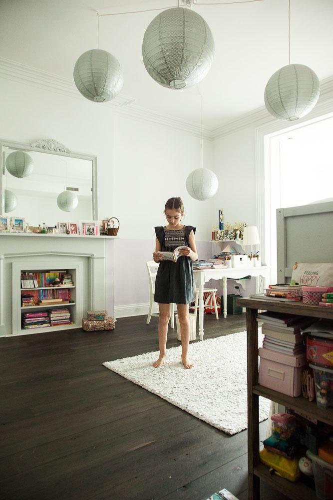 Alice dans sa chambre de petite fille chez Florence Mars