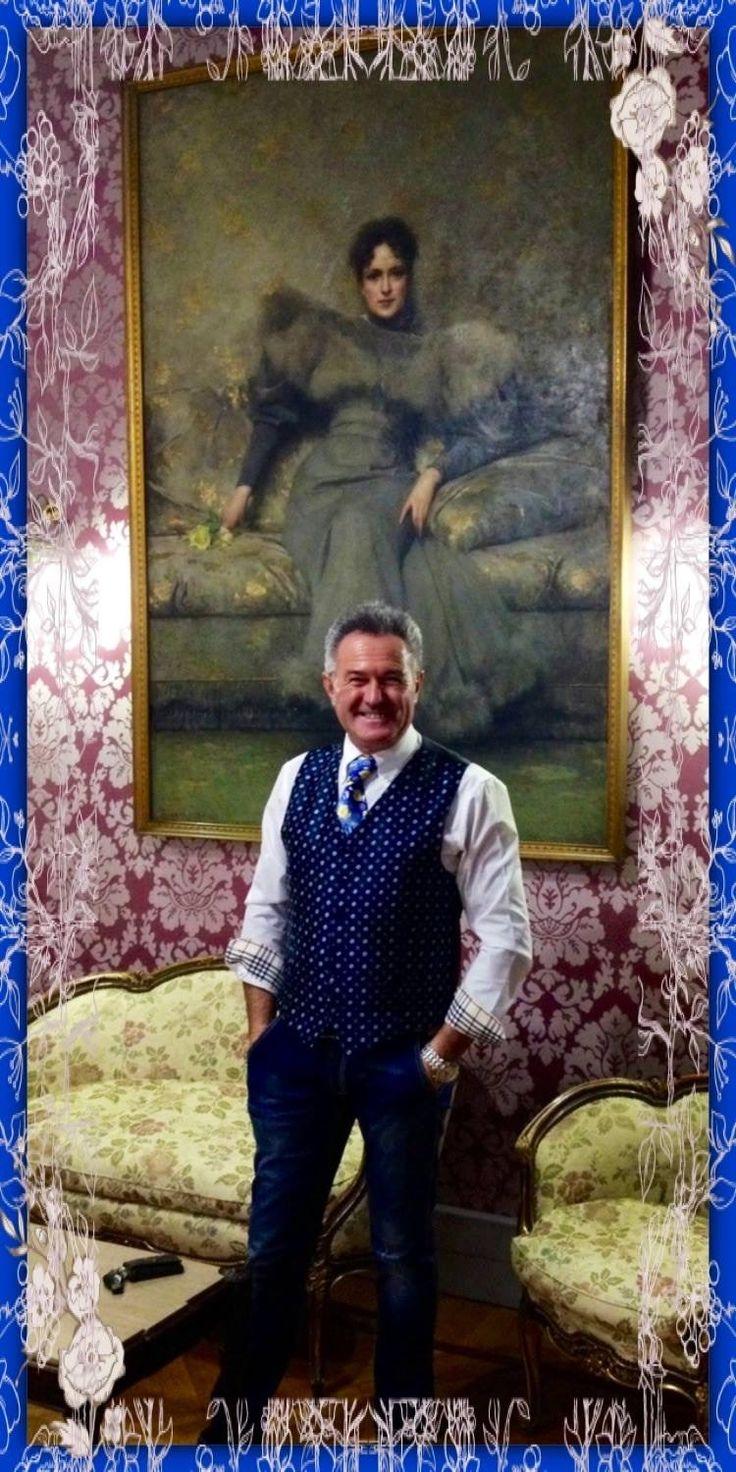 """Cesare a Sanremo con l'opera """"ritratto in grigio"""" di Giacomo Grosso. Anno 2016."""