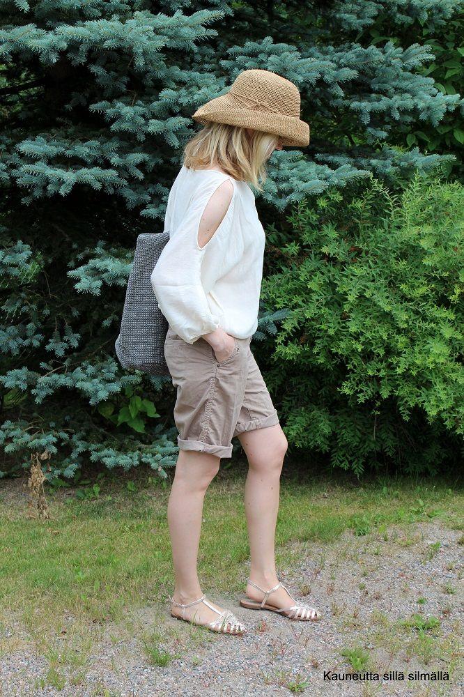 Kauneutta sillä silmällä -bloggari Jaanan kesälöytö: #shortsit! Huomaa myös huolettoman hiuspäivän #hattu! #sblogit #kesä #esprit http://kauneuttasillasilmalla.yhteishyva.fi/2014/07/16/kesalaitumella/