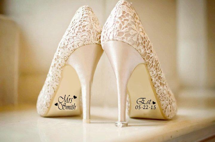 Name und Datum Hochzeit Schuh Aufkleber Decals, Braut und Bräutigam Hochzeit Dekorationen, Braut-Schuh Aufkleber, Fotografie Prop von DinkiDs auf Etsy https://www.etsy.com/de/listing/229513977/name-und-datum-hochzeit-schuh-aufkleber