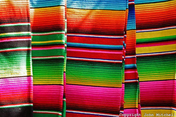 Coloridos cobertores mexicanos no Mercado 28 de souvenirs e artesanato em Cancun, no México.      .